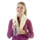 Giovane ragazza del brunette che cattura acqua fotografie stock