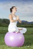 Giovane ragazza del brunette che effettua yoga Fotografia Stock Libera da Diritti