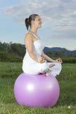 Giovane ragazza del brunette che effettua yoga Fotografia Stock