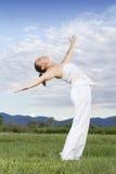 Giovane ragazza del brunette che effettua yoga Fotografie Stock