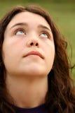 Giovane ragazza del brunette che osserva in su Fotografia Stock