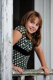Giovane ragazza del brunette che si appoggia sull'inferriata Immagine Stock Libera da Diritti