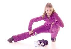 Giovane ragazza del brunette che si esercita sul pavimento immagini stock libere da diritti