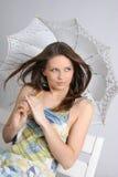 Giovane ragazza del brunette con l'ombrello nel bianco Fotografia Stock