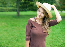 Giovane ragazza del brunette di Gorgeos in natura. Fotografia Stock