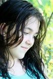 Giovane ragazza del brunette nel pensiero profondo Immagine Stock Libera da Diritti