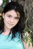 Giovane ragazza del brunette nel pensiero profondo Fotografia Stock