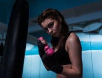Giovane ragazza del pugile del combattente con la fasciatura della mano nell'addestramento con muto Immagine Stock Libera da Diritti