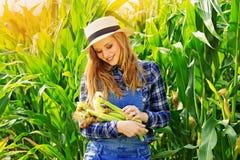 Giovane ragazza dell'agricoltore sul campo di grano Immagine Stock