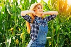 Giovane ragazza dell'agricoltore sul campo di grano Immagine Stock Libera da Diritti