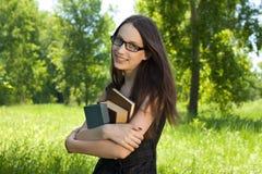 Giovane ragazza dell'allievo con i libri in sosta Fotografia Stock