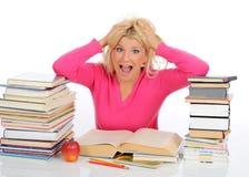 Giovane ragazza dell'allievo con i lotti dei libri nel panico Immagini Stock