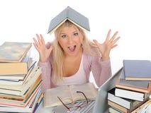 Giovane ragazza dell'allievo con i lotti dei libri nel panico Immagini Stock Libere da Diritti