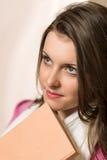 Giovane ragazza dell'allievo con i vestiti di colore rosa del libro Fotografia Stock Libera da Diritti