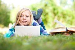 Giovane ragazza dell'allievo con il computer portatile Immagine Stock
