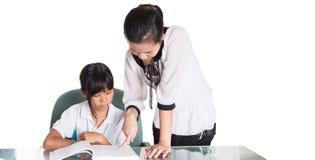 Giovane ragazza della scuola che studia con l'insegnante II Immagine Stock Libera da Diritti