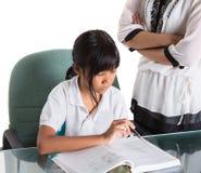 Giovane ragazza della scuola che studia con l'insegnante IV Immagini Stock Libere da Diritti