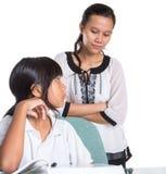 Giovane ragazza della scuola che studia con l'insegnante XI Immagini Stock