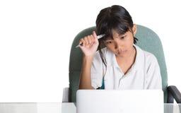 Giovane ragazza della scuola con il computer portatile I Immagini Stock Libere da Diritti