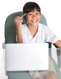 Giovane ragazza della scuola con il computer portatile V Immagini Stock Libere da Diritti