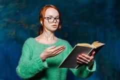 Giovane ragazza della testarossa in maglione e vetri verdi Fotografie Stock Libere da Diritti