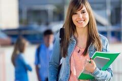 Giovane ragazza dello studente che esamina la macchina fotografica Fotografia Stock
