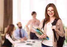 Giovane ragazza dello studente con i taccuini in aula Immagini Stock