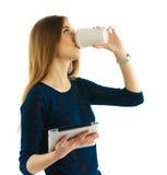 Giovane ragazza dello studente con il cuscinetto ed il caffè Immagine Stock Libera da Diritti