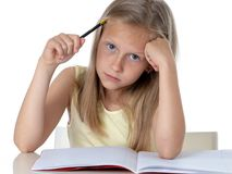 Giovane ragazza dello studente della scuola che sembra infelice e stanca nell'istruzione immagini stock libere da diritti