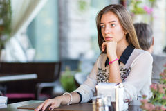 Giovane ragazza di bellezza con capelli lunghi che si siedono in caffè Fotografia Stock