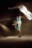 Giovane ragazza di dancing moderna in vestito variopinto immagini stock libere da diritti