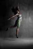Giovane ragazza di dancing moderna in vestito variopinto Fotografie Stock Libere da Diritti