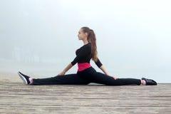 Giovane ragazza di forma fisica che allunga durante l'allenamento di addestramento all'aperto Immagine Stock Libera da Diritti