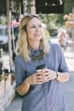 Giovane ragazza di Millenniall con la tazza di caffè immagine stock