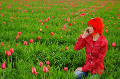 Giovane ragazza di modo che invita telefono Immagine Stock Libera da Diritti