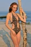 Giovane ragazza di redhead sulla spiaggia che si leva in piedi abbastanza Immagine Stock Libera da Diritti