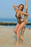Giovane ragazza di redhead sulla spiaggia che si leva in piedi abbastanza Fotografia Stock