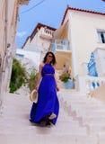 Giovane ragazza di stile in vestito blu che sveglia giù immagini stock libere da diritti