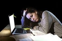 Giovane ragazza disperata dello studente universitario nello sforzo per esame che studia tardi con i libri ed il computer portati Fotografia Stock Libera da Diritti