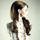 Giovane ragazza elegante fotografia stock