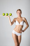 Giovane ragazza esile che tiene una mela verde Immagine Stock Libera da Diritti