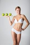 Giovane ragazza esile che tiene una mela verde Fotografia Stock
