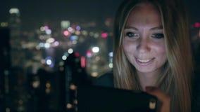 Giovane ragazza felice che usando Smartphone stock footage