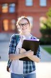 Giovane ragazza felice dello studente con i libri e le note all'aperto Fotografie Stock