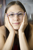 Giovane ragazza geeky con gli occhiali immagine stock