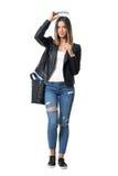 Giovane ragazza graziosa alla moda che mette gli occhiali da sole su lei macchina fotografica di sguardo capa Fotografie Stock Libere da Diritti