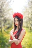 Giovane ragazza graziosa che posa nel campo di estate con Fotografia Stock Libera da Diritti