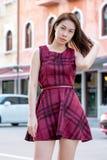 Giovane ragazza graziosa che posa sulla via al giorno soleggiato fotografia stock libera da diritti