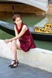 Giovane ragazza graziosa che posa sulla via al giorno soleggiato fotografia stock