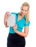Giovane ragazza graziosa con il calcolatore del ridurre in pani. Immagine Stock